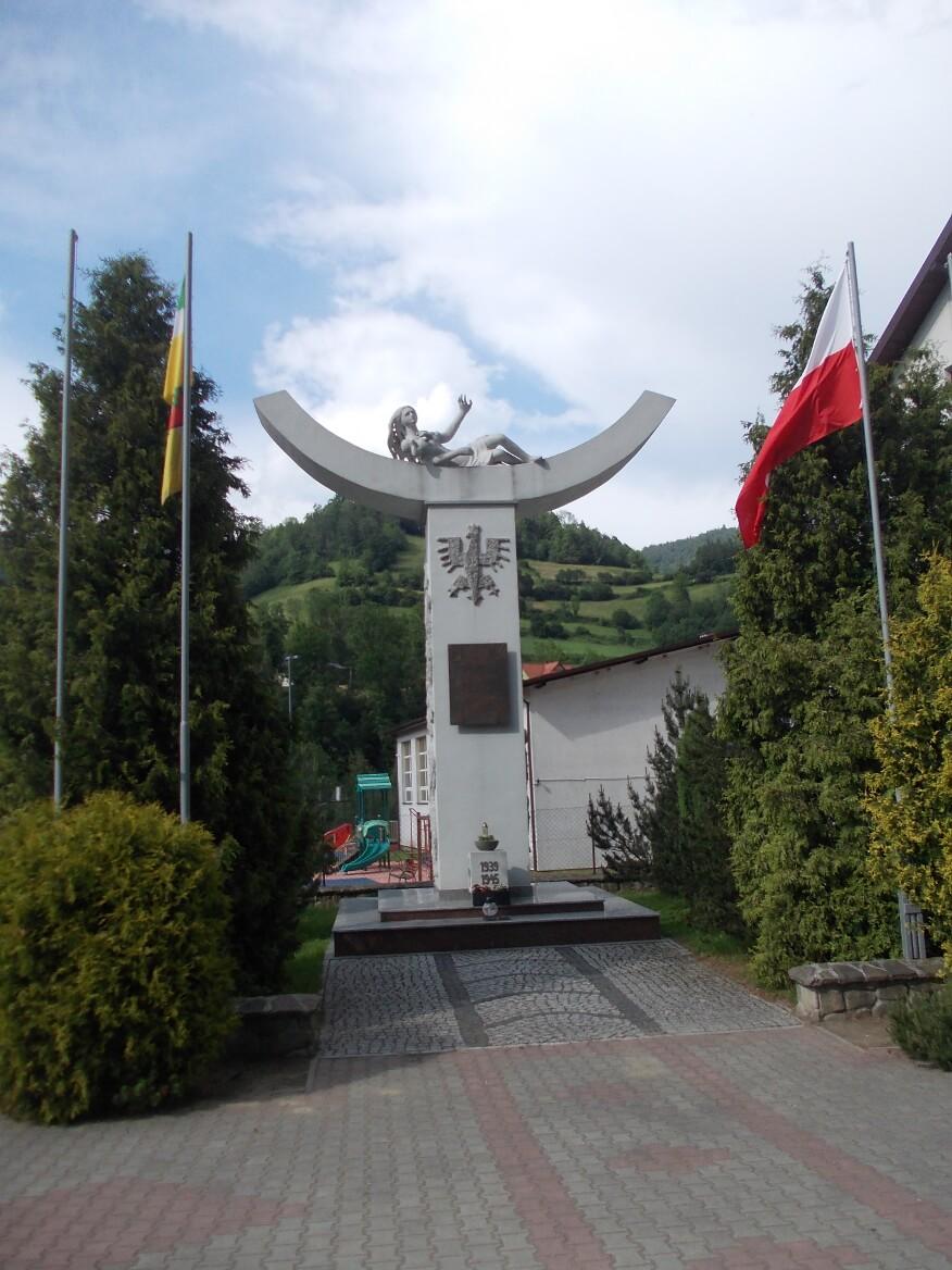 """Pomnik """"Miłość Zwycięża"""" w Ochotnicy Dolnej"""