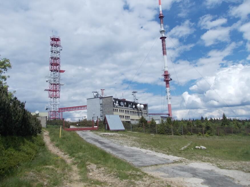 Maszt nadajnika telekomunikacyjnego na szczycie Krizava