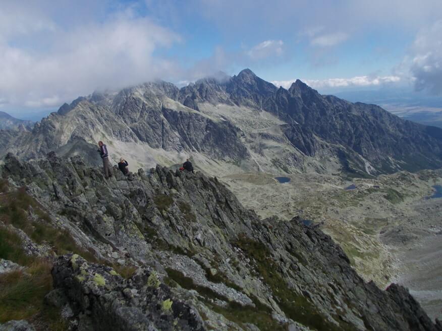 Ľadový štít i Lomnický štít za lekkimi chmurami