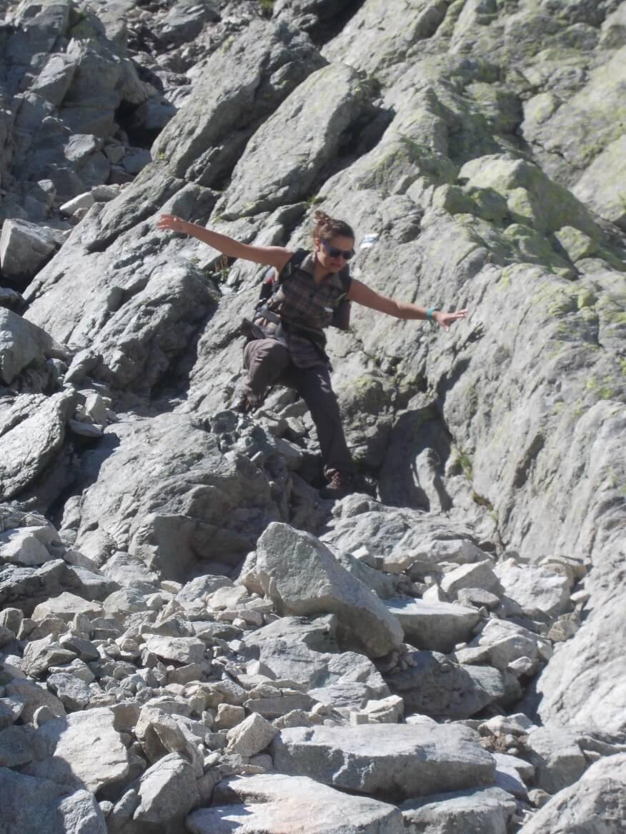 Akrobacje Asi podczas schodzenia z Rohatki do Doliny Staroleśnej