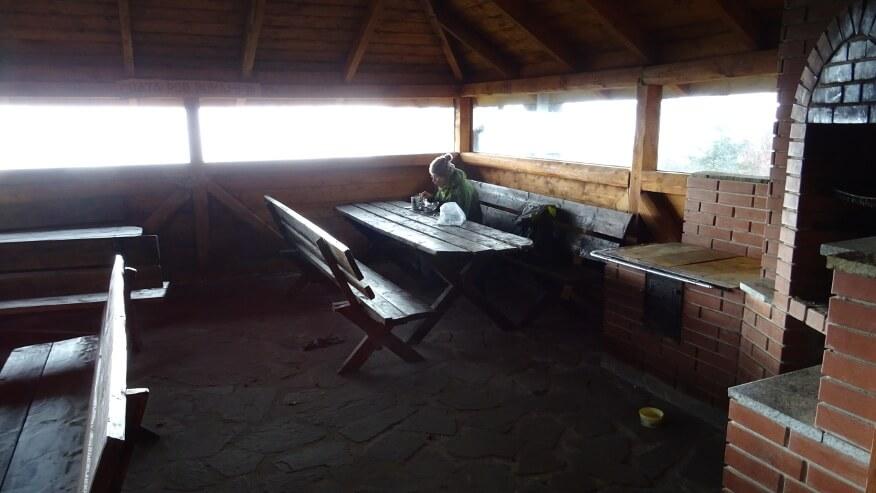 Kawka we wiacie turystycznej przy sklepie na Magurce