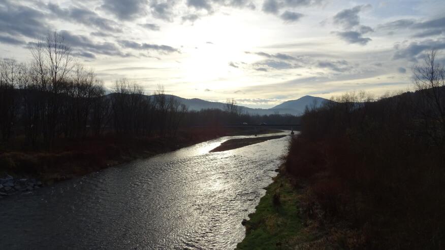 Widok na Szczebel z mostu nad Rabą