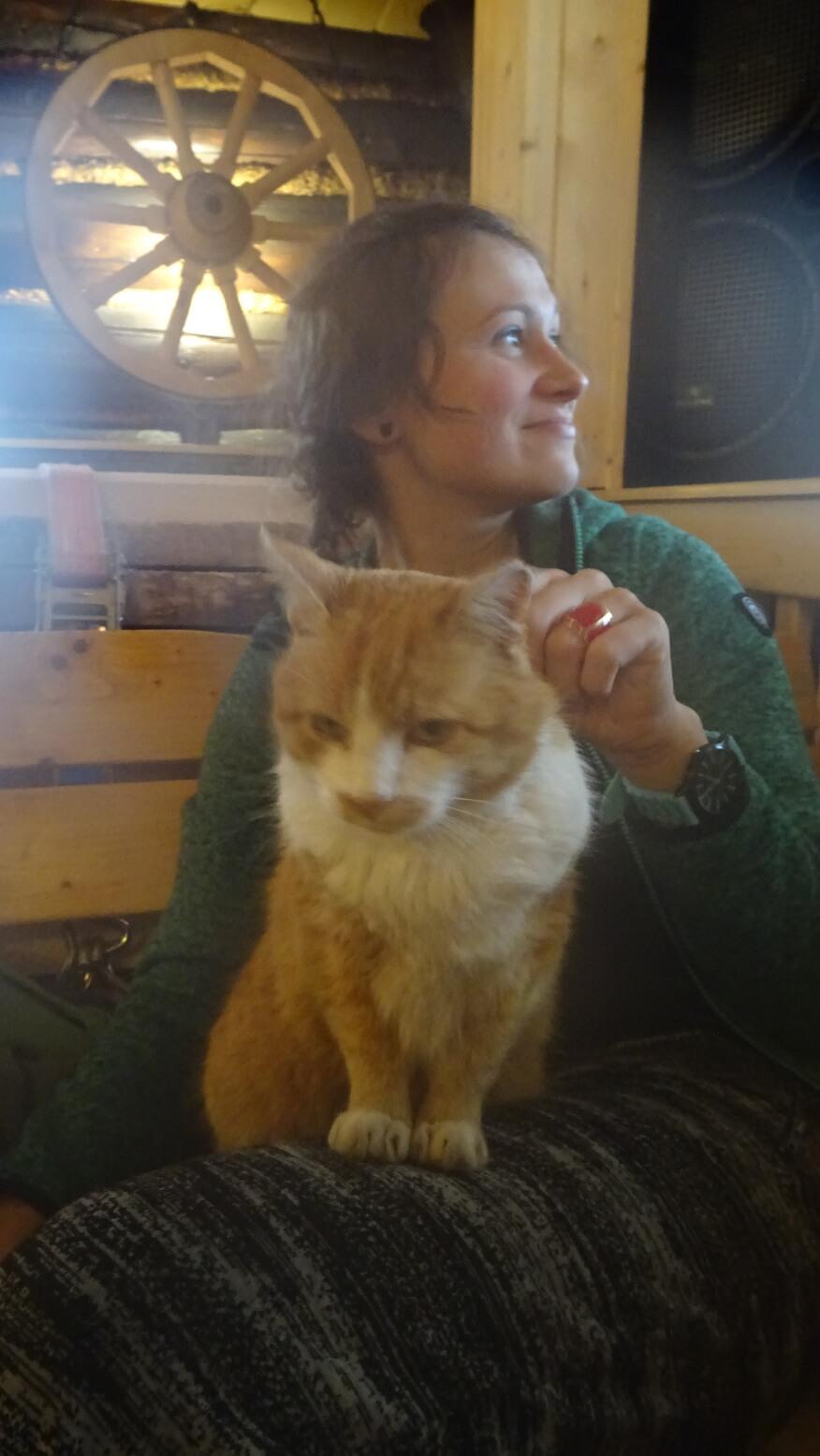 Asia z kotem w swoim żywiole