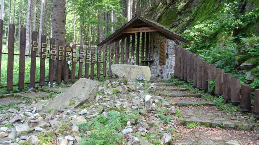 Symboliczny cmentarz ofiar gór w Dolinie Vratnej