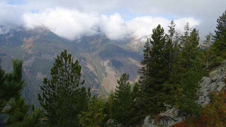 Zalegające chmury nad szczytami Barańca i Smreka