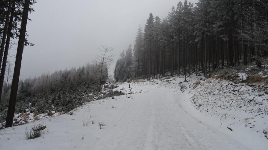 Szeroka droga na północno-zachodnim zboczu Średniaka