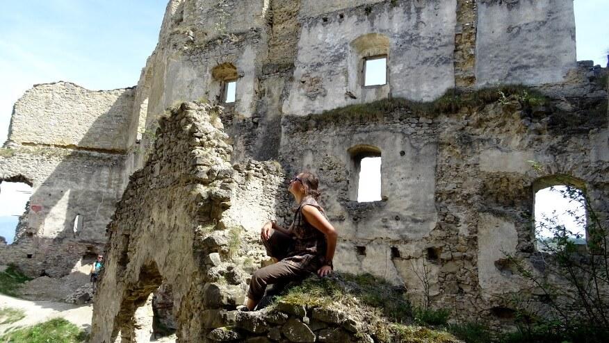 Asia na ruinach zamku