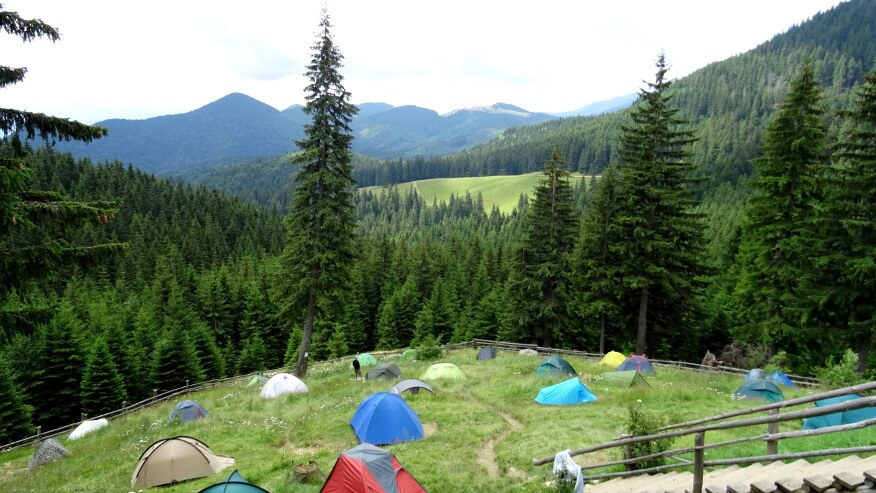 Pole namiotowe przy Cabana Curmătura (schronisko)