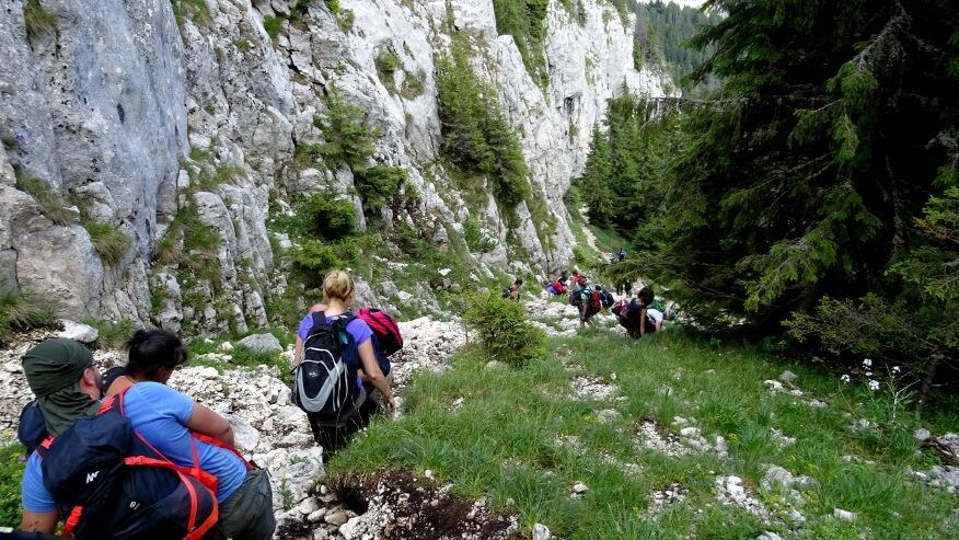 Zejście wzdłuż stromych skał
