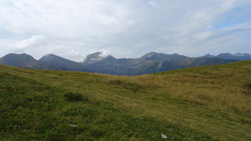 Lekko zachmurzone szczyty Tatr Zachodnich