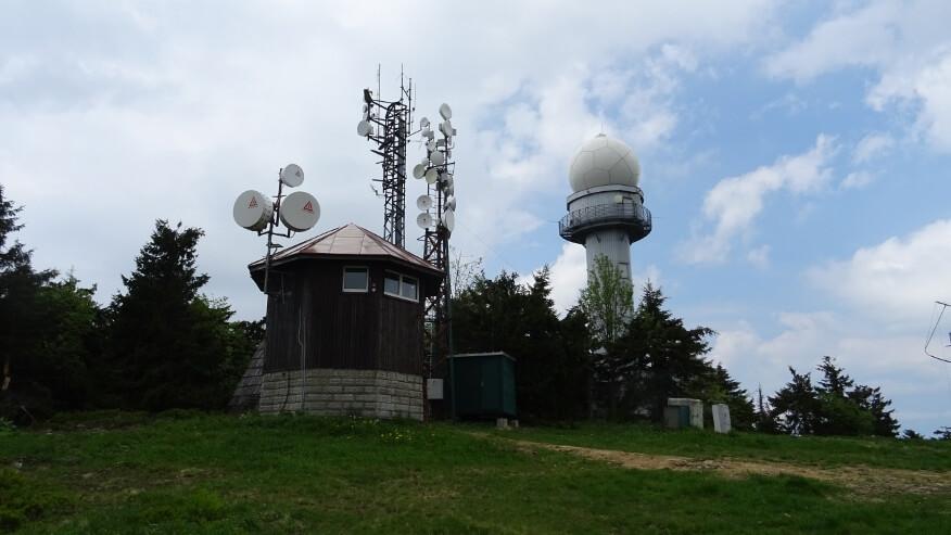Wierzchołek Mincola z przekaźnikami radiowokomunikacyjnymi