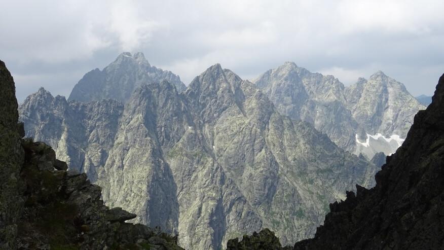 Żłobisty, Wysoka, Rumanowy, Ganek, Rysy i Niżnie Rysy - taki widok z Litworowej Przełęczy