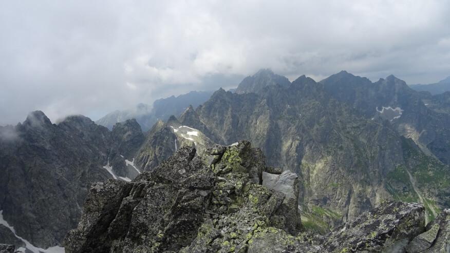 Ze szczytu podobne widoki co z przełęczy