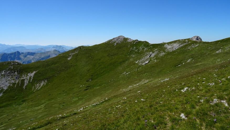 Łagodno-trawiasto-wschodnie zbocza szczytu