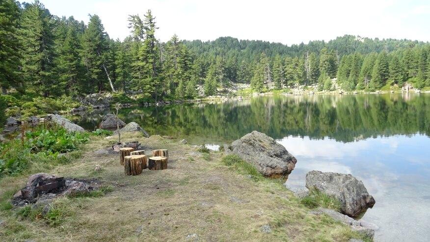 urokliwa miejscówka nad jeziorem - rano jeszcze pusta :-)