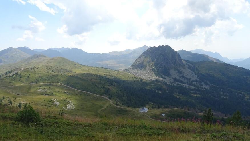 Z drugiej strony grani widać stare schronisko i charakterystyczny szczyt o nazwie Ujkov Krš