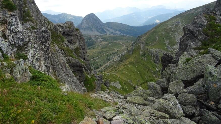 Widok z trasy z charakterystycznym szczytem - Ujkov Krš