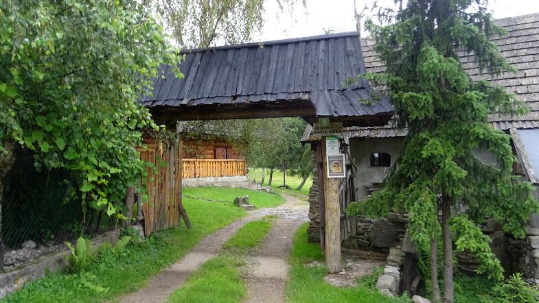Brama wejściowa do Bacówki u Harnasia