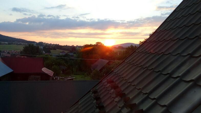 Zachód słońca z okna pokoju