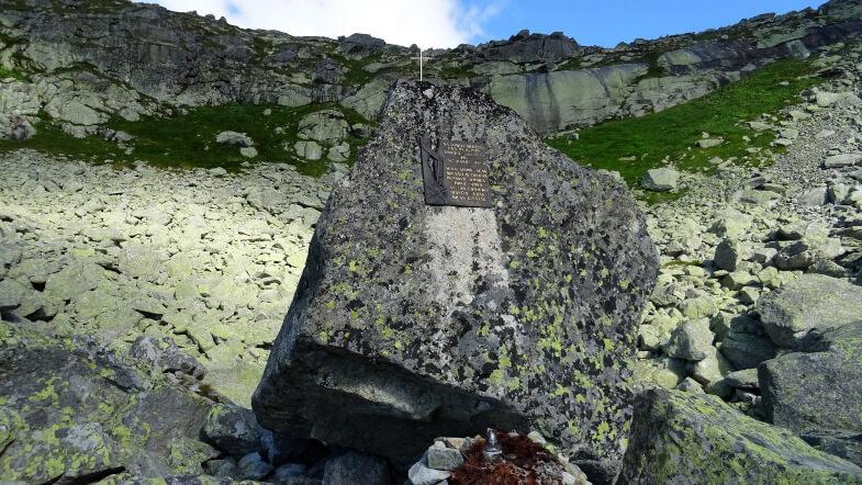 Kamień upamiętniający katastrofę śmigłowca HZS