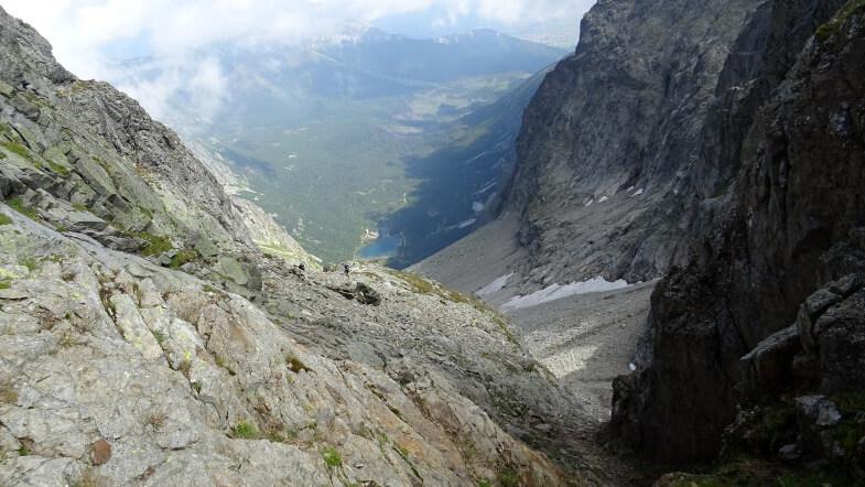 Turyści podchodzący na Baranią Przełęcz z Doliny Dzikiej