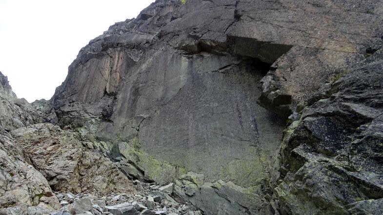Kiepsko widoczna wąska półka obejściowa rynny położona pod wielkimi zerwami Żółtego Szczytu