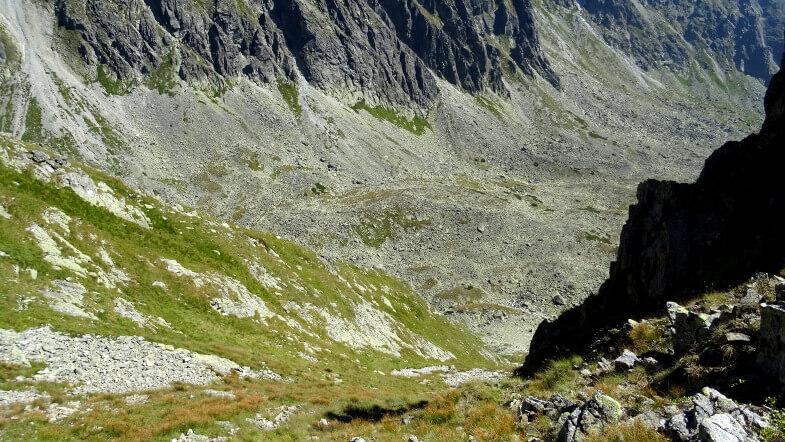 Żleb opadający z Dwoistej Przełęczy do Doliny Sławkowskiej