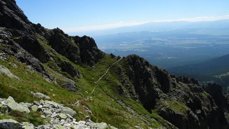 Wyraźna ścieżka prowadząca przez Granacką Ławkę